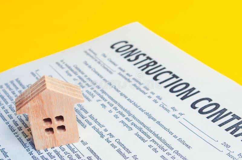 Строительный контракт и дом концепция недвижимости и планирование строить дом проект стоковые фото