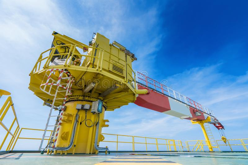 Строительный кран на оффшорной нефтяной и газовой удаленной платформе стоковые фото