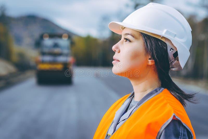Строительство дорог женского работника стоковое фото rf