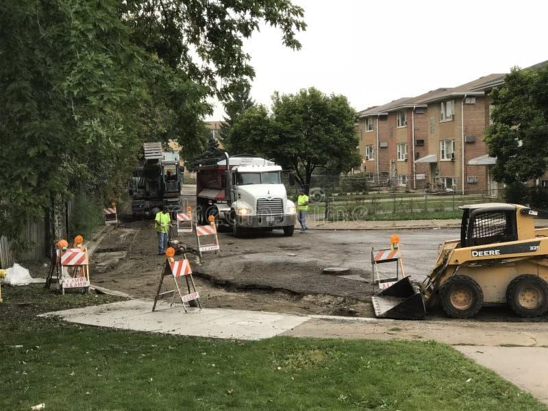 Строительство дорог и экипаж работая на улице стоковое изображение rf