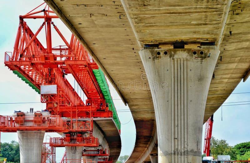 Строительство моста, коробчатые балки готовые для конструкции, этапы сегментообразного моста длинной пяди наводит коробчатую балк стоковое фото