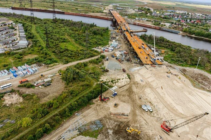 Строительство моста над рекой Tyumen Россия стоковое фото rf