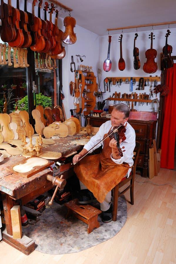 строитель его мастерская скрипки стоковые изображения rf