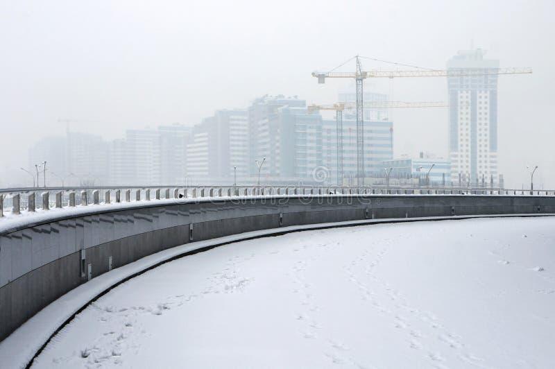 Строительная площадка в тумане зимы стоковые изображения