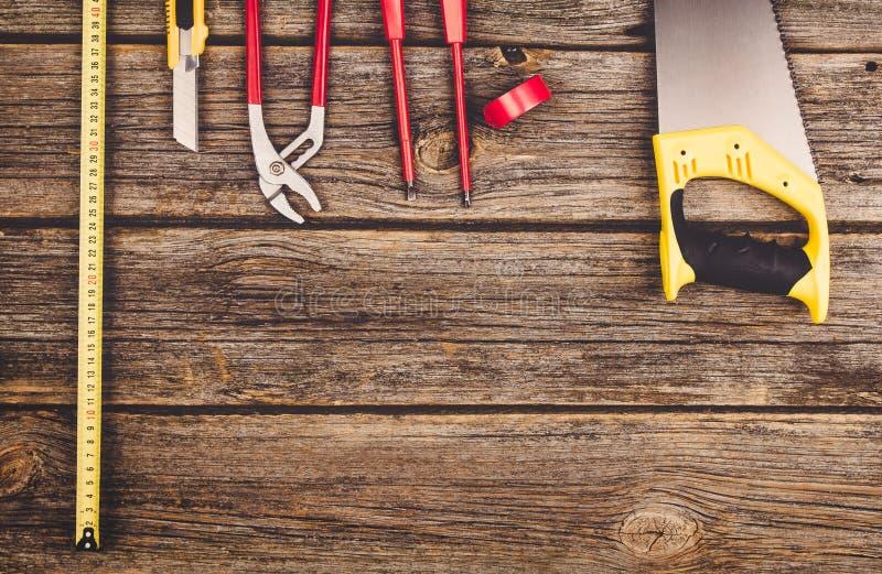 Строительное оборудование и инструменты на взгляд сверху деревянного стола стоковое фото rf
