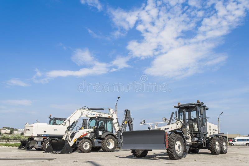 Строительное оборудование припарковало на ясный день с голубым небом стоковое фото rf