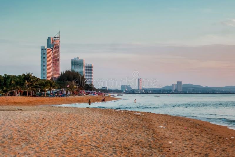 Строить и славный пляж захода солнца стоковая фотография