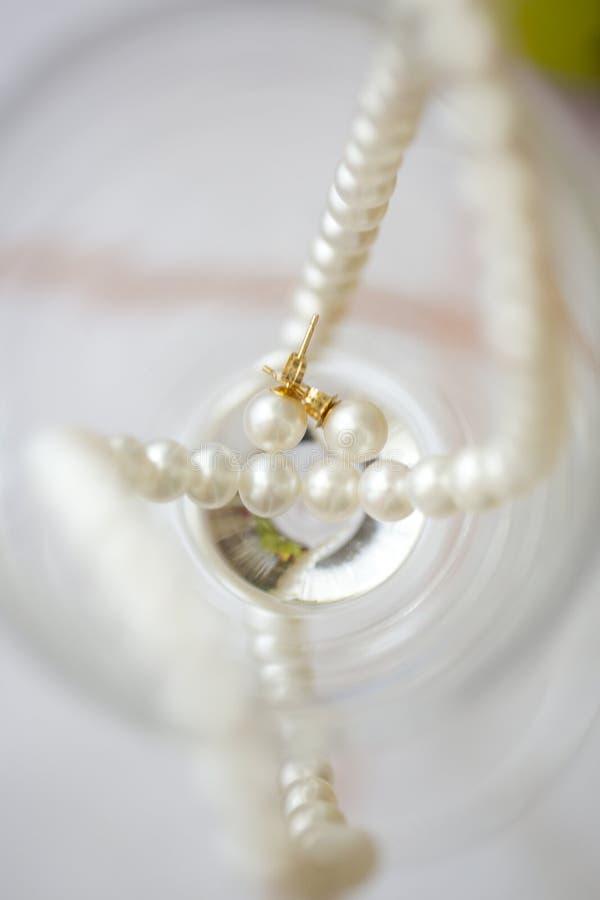 Строка белых жемчугов и серег жемчуга стоковое фото