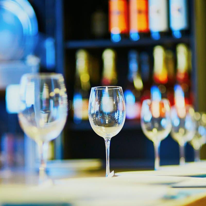 Строка бокалов на таблице в ресторане стоковые изображения