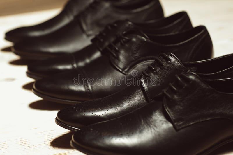 Строка ботинок новых людей кожаных классических стоковое изображение