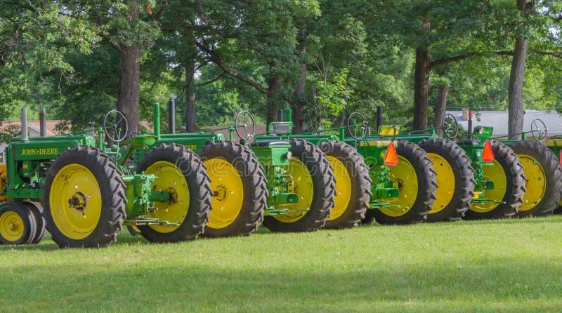 Строка винтажных тракторов John Deere стоковое изображение rf