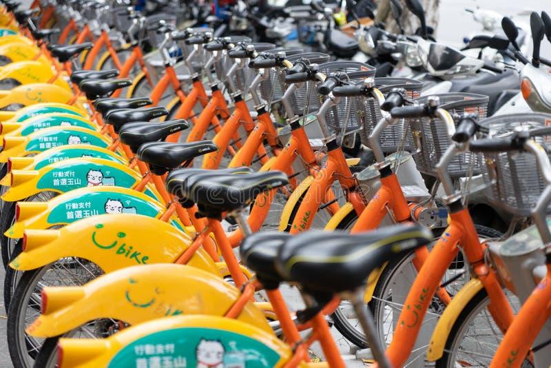 Строка всхода U-велосипеда в ряде конца-вверх и выборочном фокусе U-велосипед велосипед доли, стоковое фото