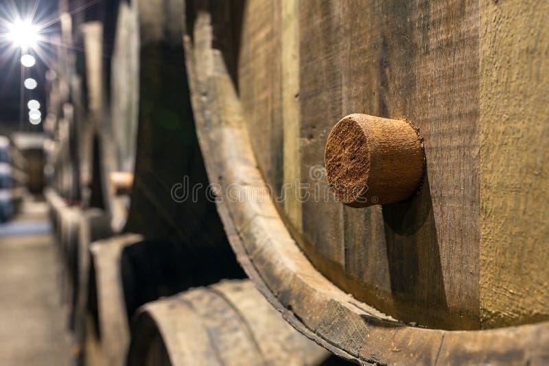 Строка деревянного вина Порту несется винный погреб Порту стоковые фотографии rf