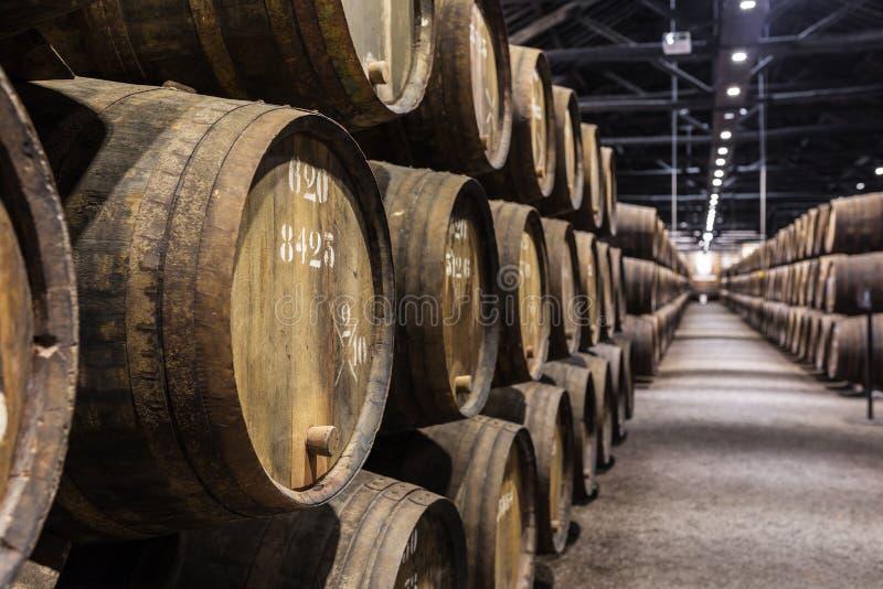 Строка деревянного вина Порту несется винный погреб Порту стоковые фото