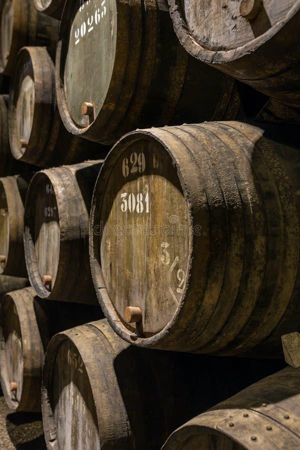 Строка деревянного вина Порту несется винный погреб Порту стоковое фото
