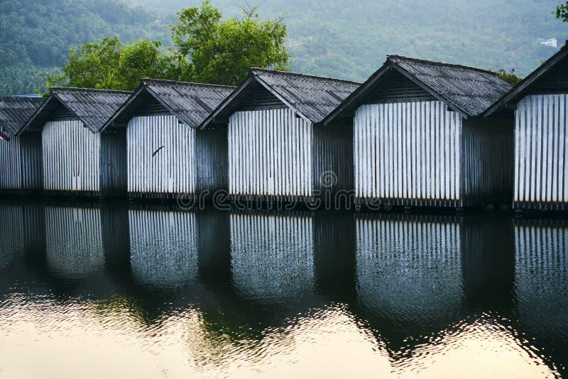 Строка домов на реке стоковая фотография rf