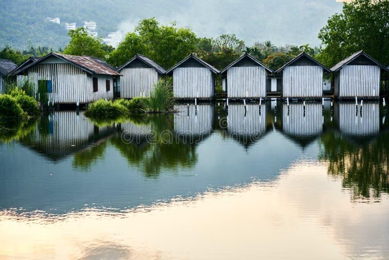 Строка домов на реке стоковое изображение rf