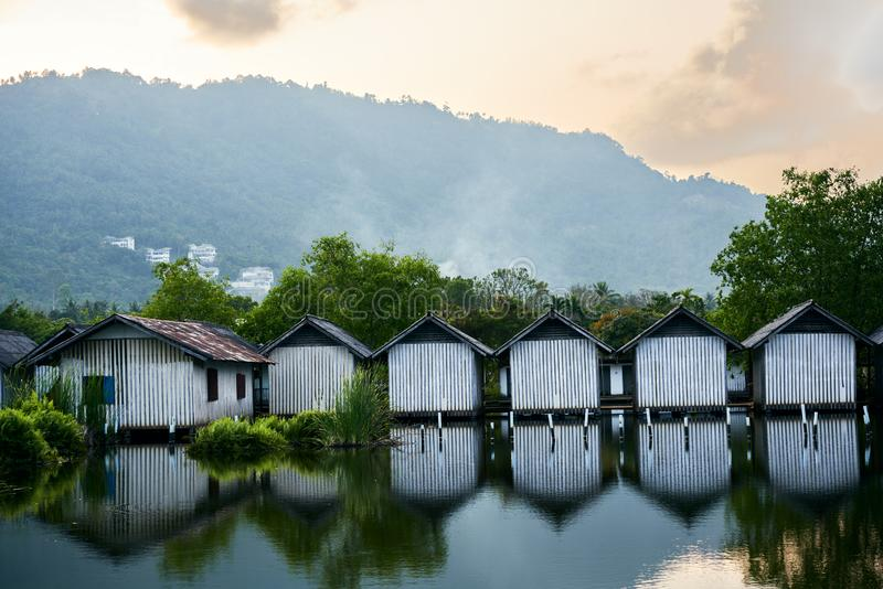 Строка домов на реке стоковая фотография