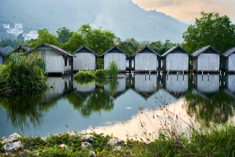 Строка домов на реке стоковые фотографии rf