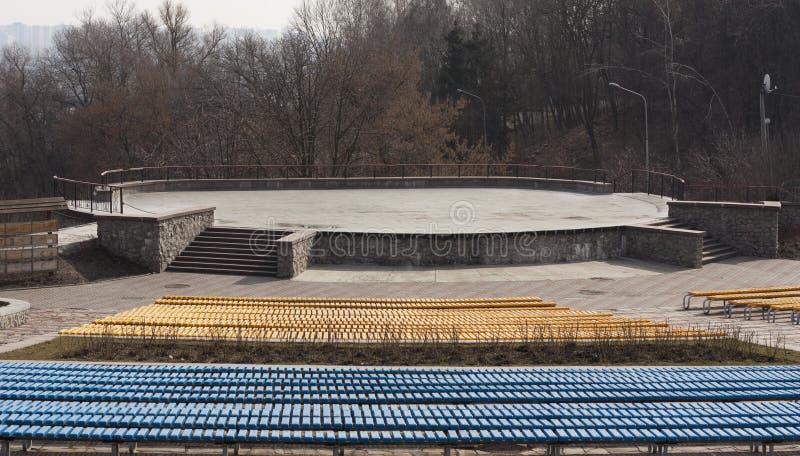 Строка деревянных мест на фото трибуны зрителя Стенд для выставки стоковая фотография rf