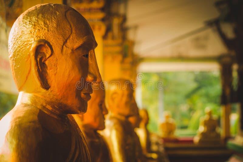 Строка золотой статуи Будды на Wat Intharam стоковое изображение