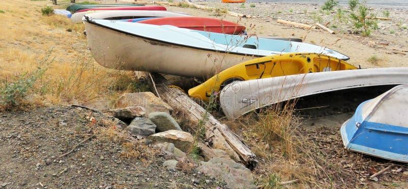 Строка каное и каяков на пляже внутри ДО РОЖДЕСТВА ХРИСТОВА стоковые изображения