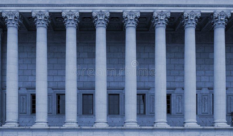 Строка коринфских столбцов суда всенародного права в Лионе, Франции - голубом тоне цвета стоковая фотография rf