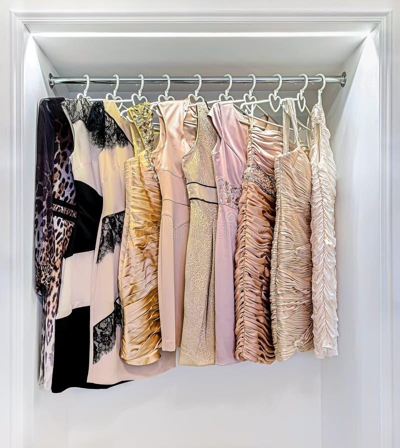 Строка красочного платья в шкафе стоковые фотографии rf