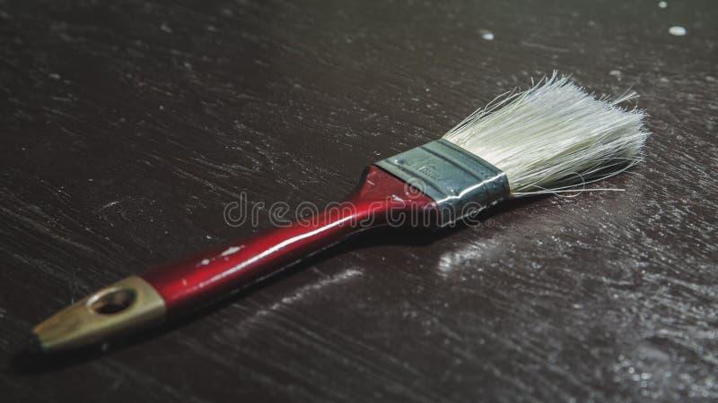 Строка крупного плана paintbrushes художника на старой деревянной деревенской таблице стоковые фотографии rf
