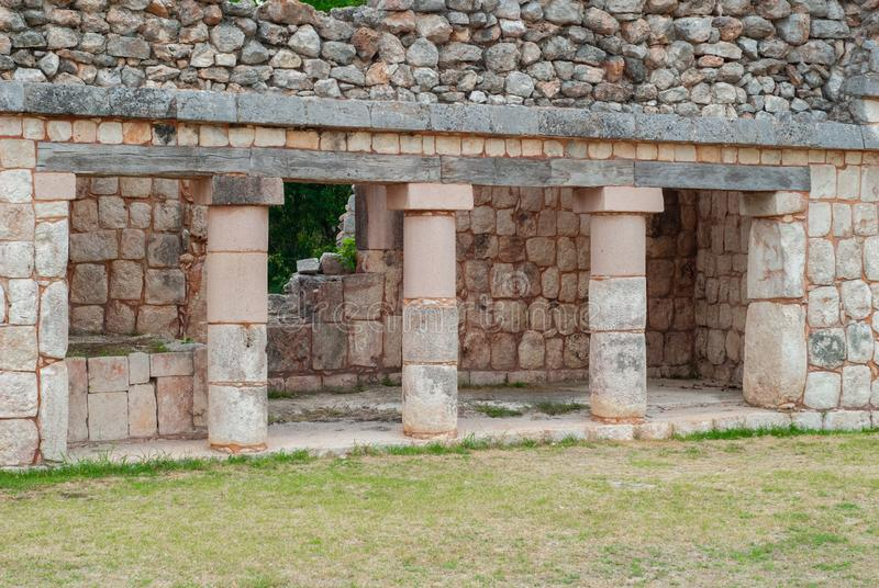 Строка майяских архитектурноакустических штендеров, в археологической зоне Ek Balam стоковое изображение