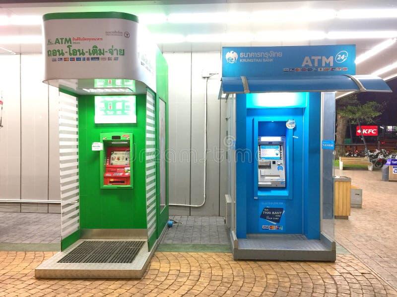 Строка машин пункта наличных денег ATM стоковое фото