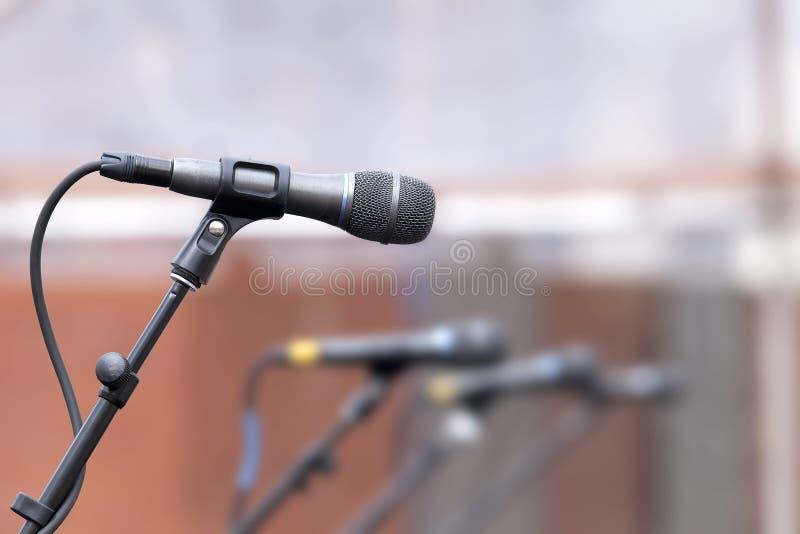Строка микрофонов для резервных певиц стоковая фотография