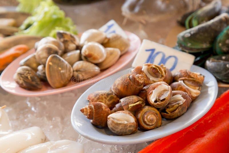 Строка морепродуктов в азиатском рынке стоковые изображения