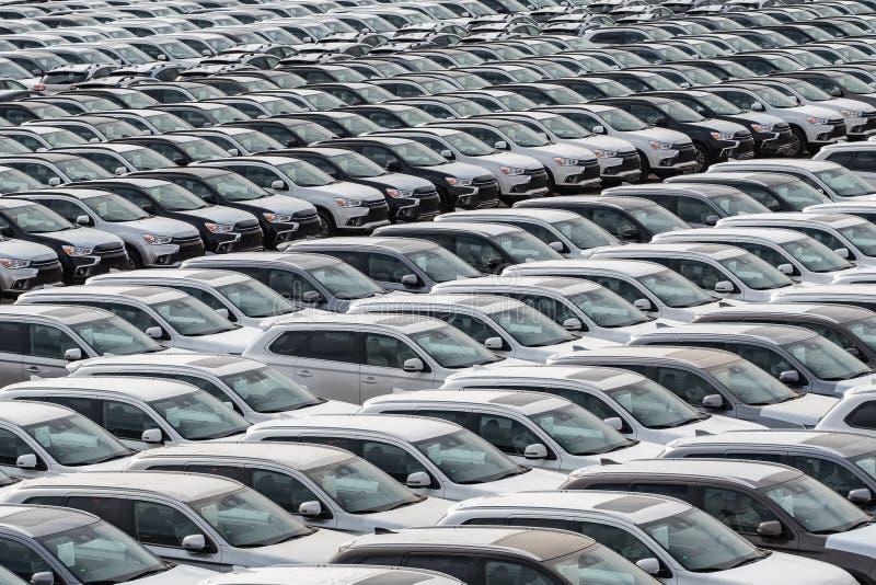 Строка новых автомобилей для продажи в порте стоковые фотографии rf