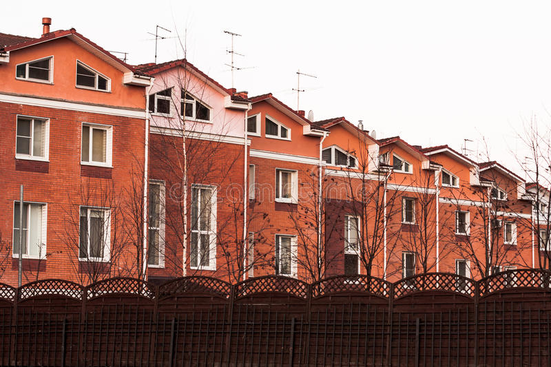 Строка домов в Российской Федерации стоковое фото rf