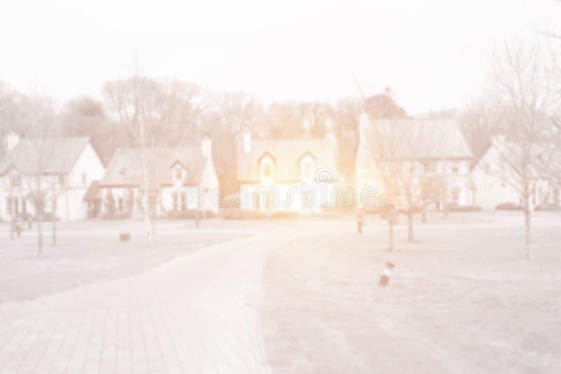 строка домов с яркими светом и парком иллюстрация вектора