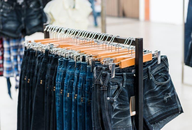 как развесить джинсы в магазине фото итоге