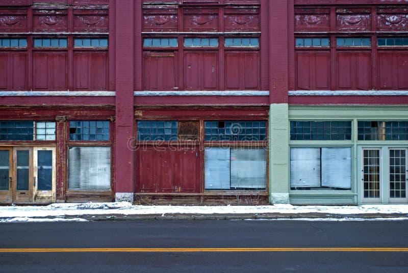 Строка покинутых внешних витрин магазина стоковое изображение rf