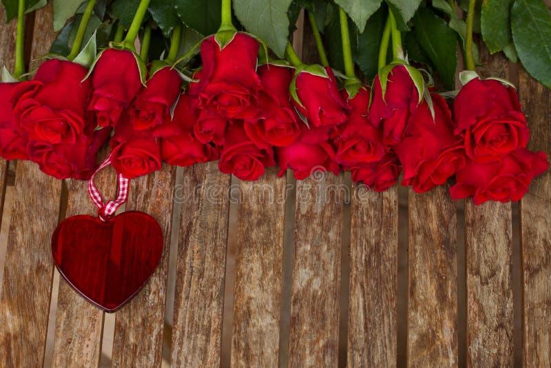 Строка роз с сердцем стоковая фотография rf