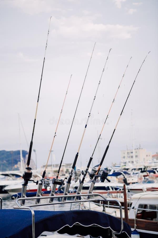Строка рыболовных удочек на палубе шлюпки стоковое фото rf