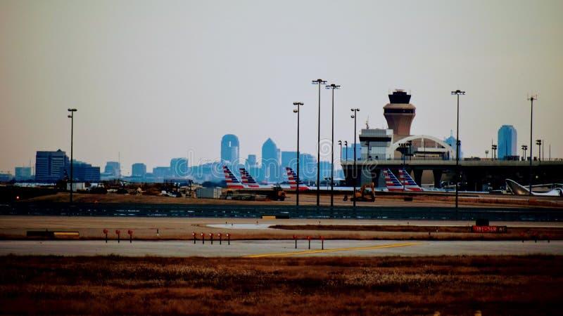 Строка самолетов на крупном аэропорте стоковое изображение