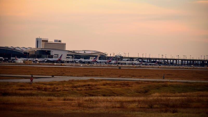 Строка самолетов на крупном аэропорте стоковое изображение rf