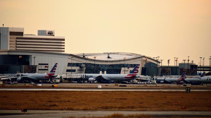 Строка самолетов на крупном аэропорте стоковая фотография rf