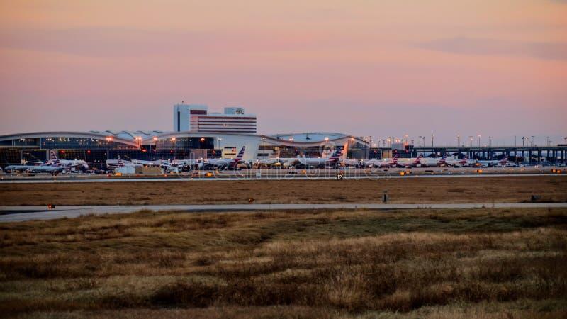 Строка самолетов на крупном аэропорте стоковые фото