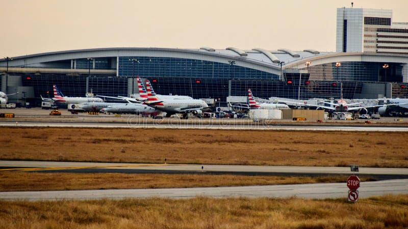 Строка самолетов на крупном аэропорте стоковые фотографии rf