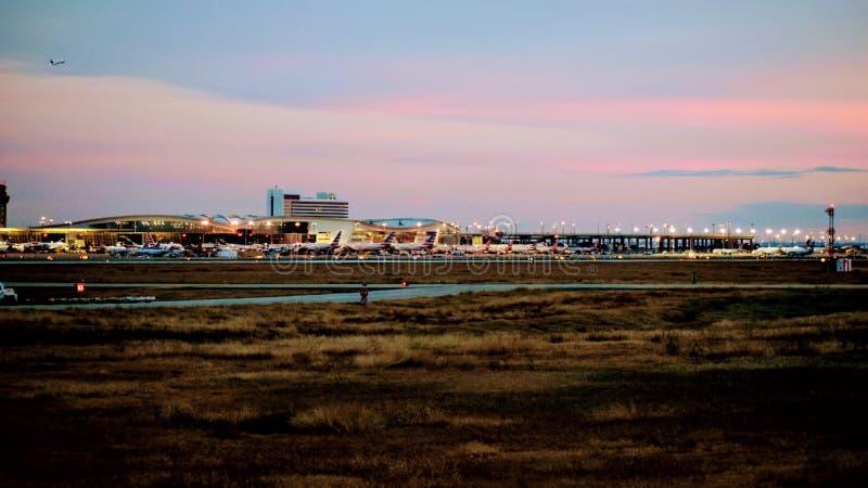 Строка самолетов на крупном аэропорте стоковая фотография