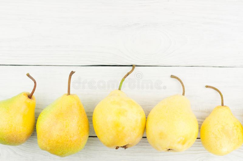 Строка свежих зрелых желтых всех груш стоковые фотографии rf