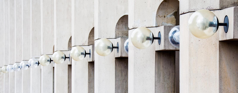 Строка светов на здании в Бостоне стоковые изображения rf