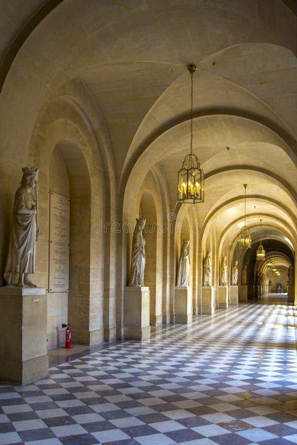 Строка сводов с фонариками, скульптурами и столбцами на фасаде старого здания Взгляд перспективы стоковое изображение rf