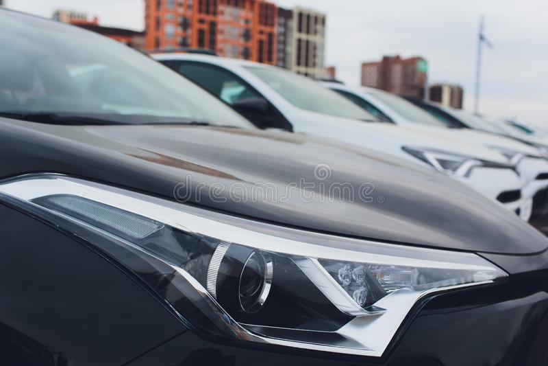 Строка серии запаса автомобилей для продажи Инвентарь автодилера стоковая фотография rf